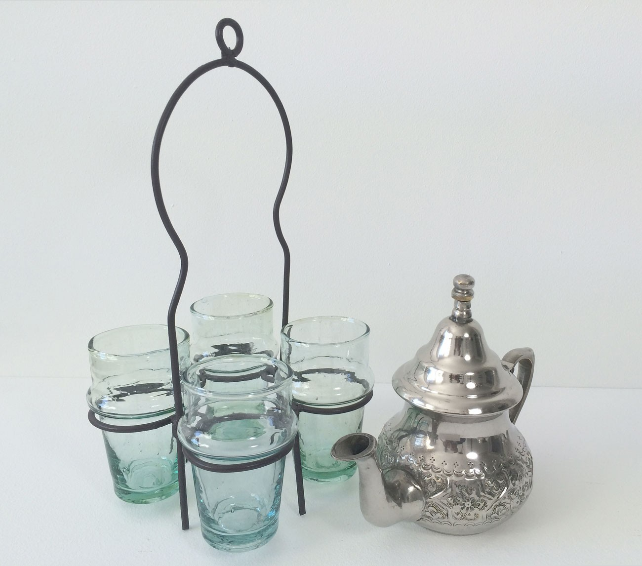 th i re marocaine sans pied avec verres et gant. Black Bedroom Furniture Sets. Home Design Ideas