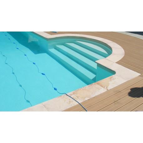 Kit margelle de piscine en pierre reconstituée plate avec escalier 2,5 cm 6 x 12 ml camel en situation
