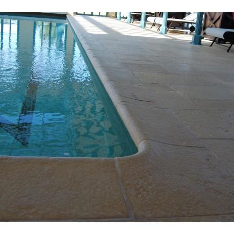 Kit margelle de piscine en pierre reconstituée galbée avec escalier roman 4 cm 4 x 8 ml ocre en situation