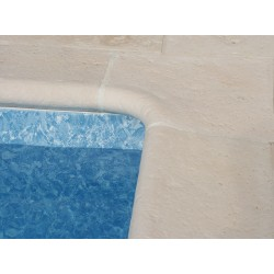 Kit margelle de piscine en pierre reconstituée galbée avec escalier roman 4 cm 4,5 x 8,5 ml blanc en situation
