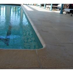 Kit margelle de piscine en pierre reconstituée galbée avec escalier roman 4 cm 4,5 x 8,5 ml camel en situation