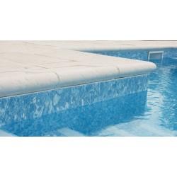 Kit margelle de piscine en pierre reconstituée galbée avec escalier roman 4 cm 5 x 10 ml camel en situation
