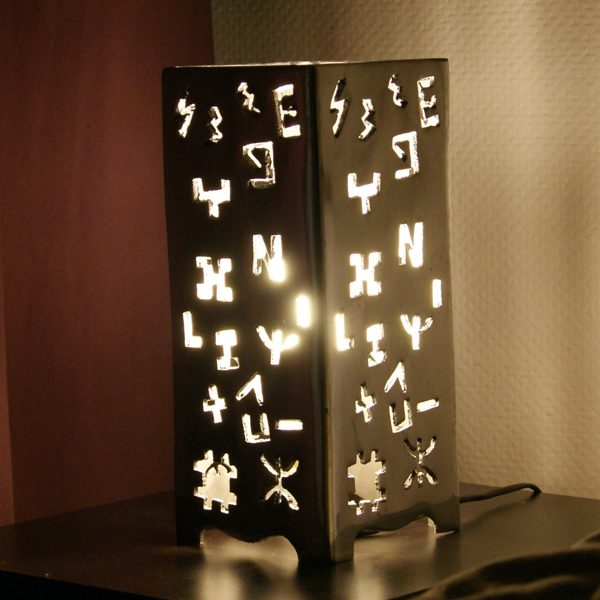 lampe poser design carr e en aluminium. Black Bedroom Furniture Sets. Home Design Ideas