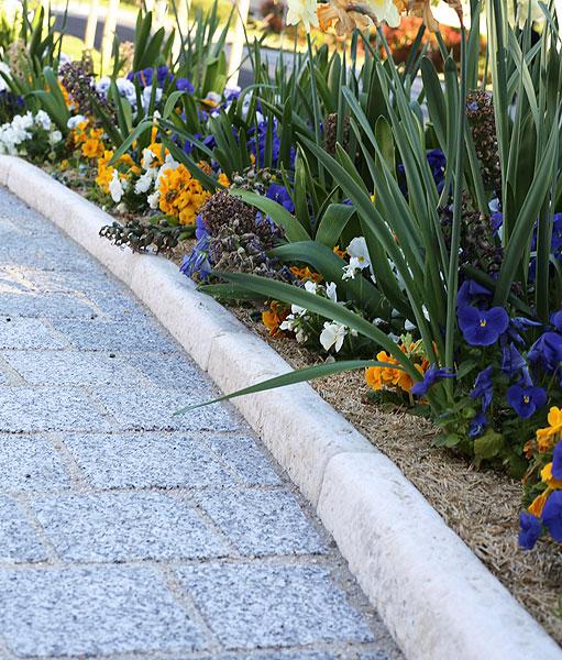 Créer une allée de jardin avec des bordures en pierre ...