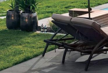carrelage extérieur sur pelouse