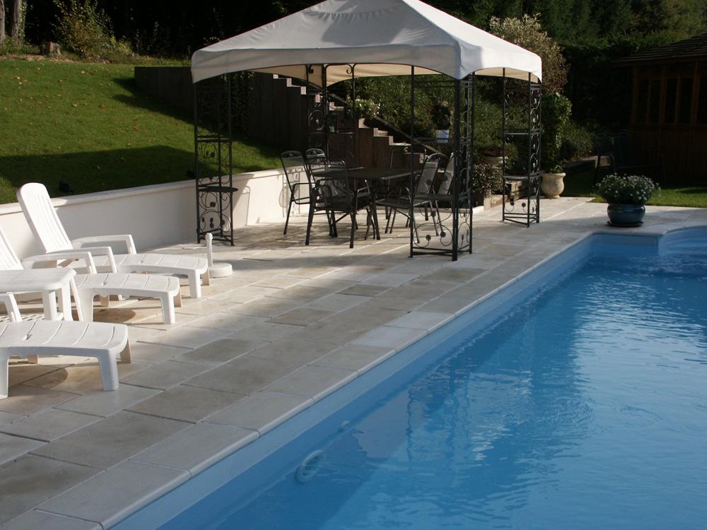 dalle pierre reconstituée autour d'une piscine