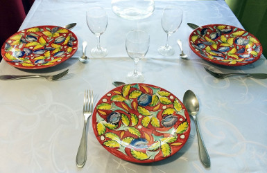 assiette en céramique rouge