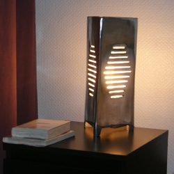 lampe à poser design triangle en aluminium