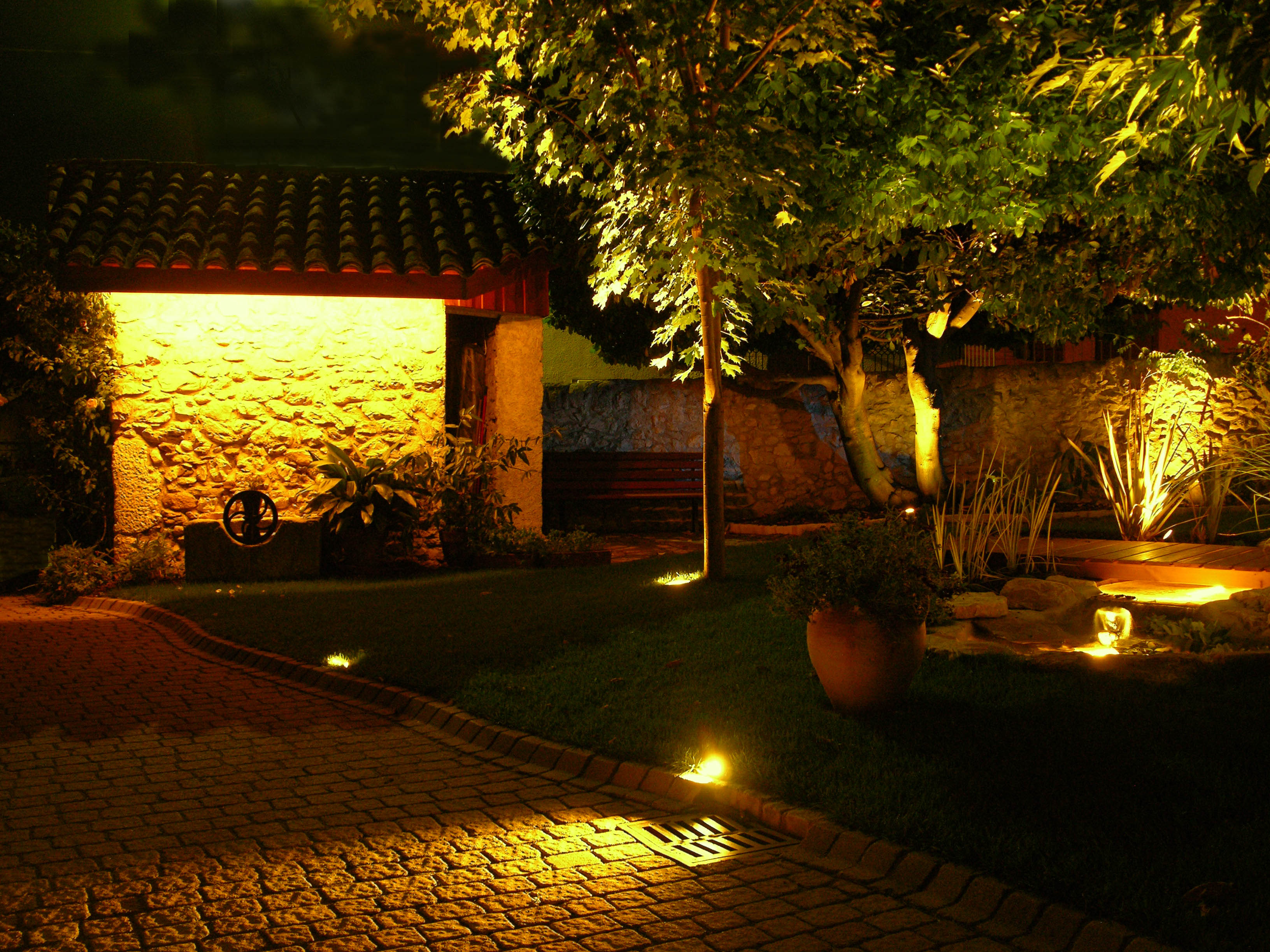 Comment mettre son jardin en lumi re for Lumiere exterieur maison