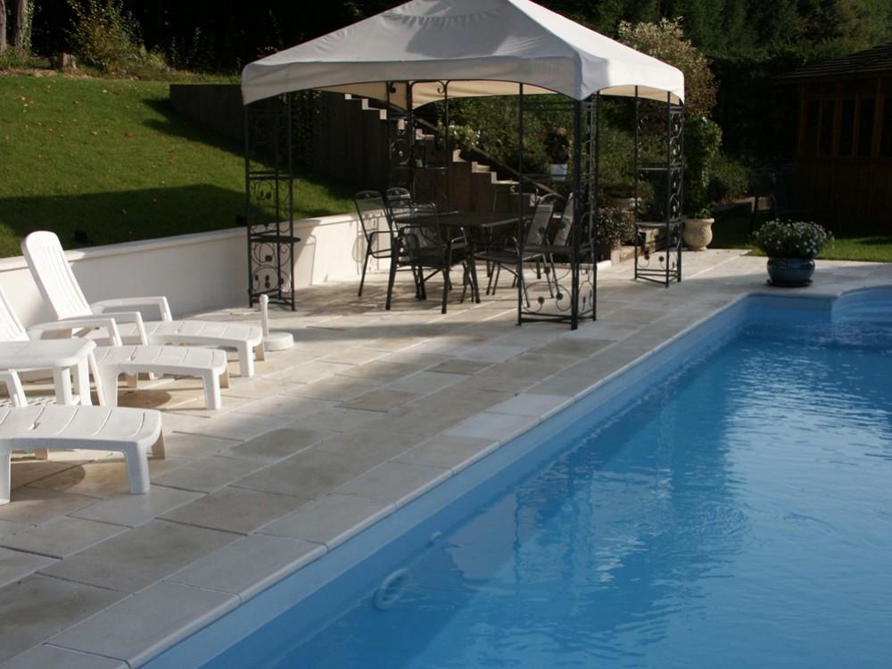 Ultra Comment poser des dalles en pierre reconstituée autour de sa piscine ? KV-64