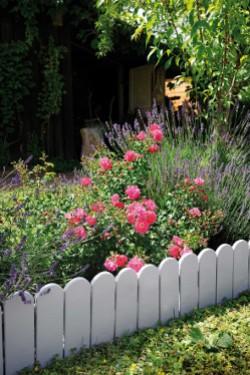 cr er des parterres dans votre jardin avec des bordures en bois. Black Bedroom Furniture Sets. Home Design Ideas